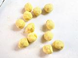 薄力粉と牛乳大さじ2~3、塩少量を加え、手でよく混ぜる。直径1~2cmの球形に形成する。