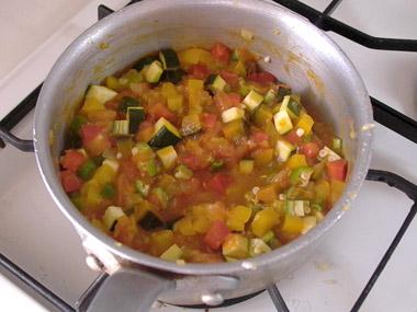 カボチャが柔らかくなったら、オクラ、ズッキーニを加え弱火で2、3分柔らかくなるまで煮る。