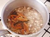 水とパスタを加える。沸騰したら弱火にして、パスタが柔らかくなるまでアクを取りながら煮る。