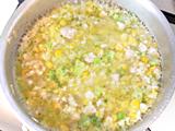 とうもろこし、ブロッコリーを加え軽く炒め、水を加えて10分から15分ほど煮れば出来上がり!