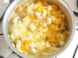 米が柔らかくなったら牛乳を加えて塩で味を整えれば出来上がり!
