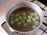 別の鍋に湯を沸かし、沸騰したら3.を入れ、茹でる。浮き上がってからさらに1分程度茹でた後、ザル等で静かにすくう。