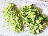 玉ねぎとブロッコリーを細かくみじん切りにする。