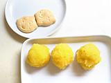 手で触れる温度になったら球形に丸め、ビスケットにのせる。表面に卵黄を塗り、オーブントースターで10分程度焼けば出来上がり!
